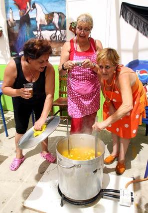 Los malagueños desafían al calor con un buen guiso de potaje. FOTO:Migue Fernández