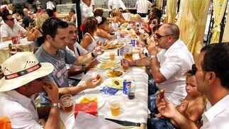 Los malagueños disfrutan junto a amigos y familiares mientras toman bocado. FOTO:Migue Fernández