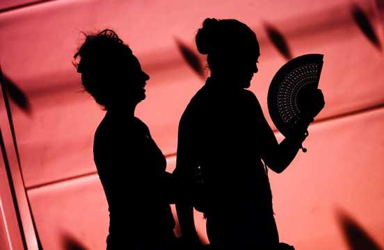 Dos mujeres pasean por el Real durante el miércoles. /EFE