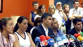 La portavoz de la Asociación de Afectados del Vuelo JK5022 en Gran Canaria, Zaida Rodríguez; la presidenta de la asociación, Saleta Nistal; el miembro de la comisión de investigacción del accidente Julio Pastor; el portavoz de la asociación, Javier Rodríguez, y el superviviente José Pablo Flores (izda-dcha), comparecen ante la prensa.