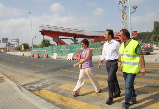 Gómez de Celis visita las obras del bulevar de Bellavista junto a la delegada del distrito Bellavista-La Palmera, Josefa Medrano./ Belén Vargas