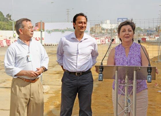Josefa Medrano, delegada del distrito Bellavista-La Palmera, junto a Alfonso Rodríguez Gómez de Celis y Laureano Fernández, director gerente del Hospital de Valme./ Belén Vargas