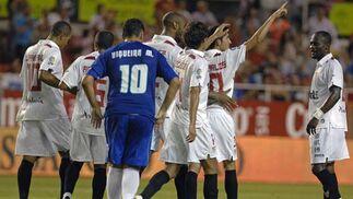 José Carlos dedica el gol a los jugadores fallecidos, Puerta y Jarque, ante la mirada de Viqueira.  Foto: Manuel Gómez