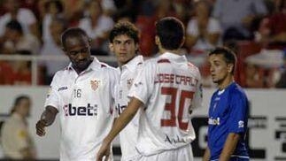 José Carlos, Romaric y Perotti conversan durante el partido.  Foto: Manuel Gómez