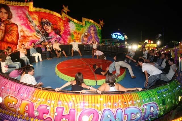 Diversión en la zona de atracciones de la feria. FOTO: PUNTO PRESS