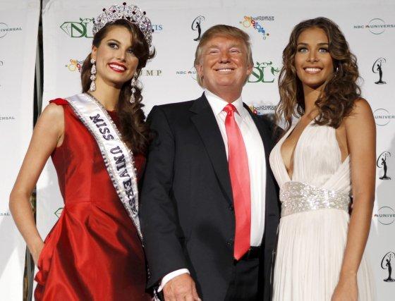Donal Trump, organizador del concurso, posa con las Miss Universo 2009 y 2008.  Foto: AFP
