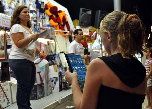 Jugar al bingo es posible en el Real de la Feria. FOTO: J.M. Flores