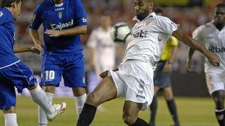 Kanoute logra hacerse con el esférico ante la mirada de su rival.  Foto: Manuel Gómez