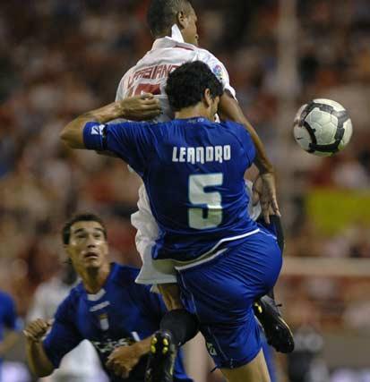 Luis Fabiano y Leandro chocan para hacerse con el balón en el aire.  Foto: Manuel Gómez