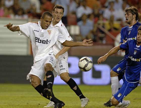 Luis Fabiano defiende una de las jugadas del partido.  Foto: Manuel G?