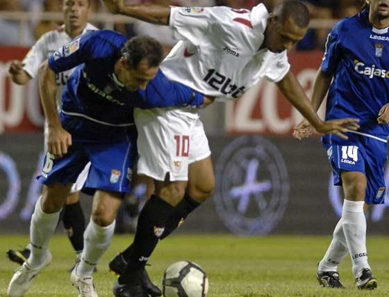 Luis Fabiano se sorprende ante una falta de su rival.  Foto: Manuel Gómez