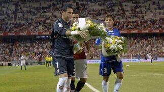 Palop, Mendoza y Sergio Sánchez colocan dos ramos de flores en el punto donde se desvaneció Puerta hace dos años.  Foto: Manuel Gómez