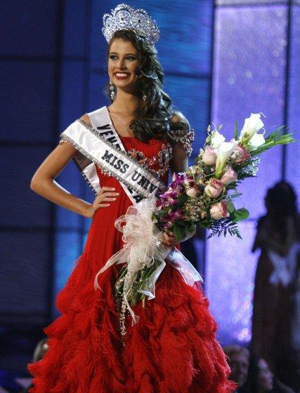 La Miss Universo 2009, Stefanía Fernández, posa para los fotógrafos al final del certamen.  Foto: AFP