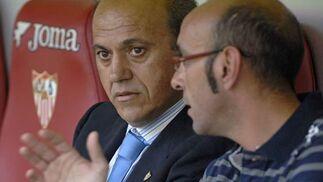 Monchi y Del Nido hablan durante el partido.  Foto: Manuel Gómez