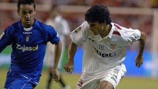 Perotti controla el esférico ante la mirada de su rival.  Foto: Manuel Gómez
