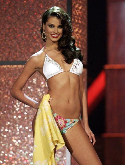 La venezolana Stefanía Fernández, galardonada con el título Miss Universo 2009, desfila ante el jurado en biquini.  Foto: Efe
