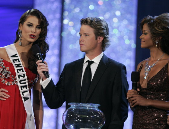La venezolana Stefanía Fernández responde a la pregunta final de los jurados antes de saber la decisión del concurso Miss Universo 2009.  Foto: Efe