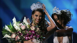 Stefanía Fernández recibe la corona de las manos de la Miss Universo 2008, Dayana Mendoza, también de nacionalidad venezolana.  Foto: Efe