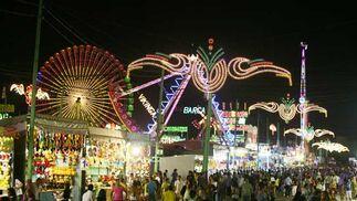 Las luces de las atracciones y de las bombillas iluminaban el Real. FOTO: PUNTO PRESS