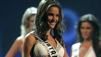 La australiana Rachael Finch, elegida tercera finalista, se presenta en biquini.  Foto: Efe