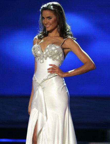 La australiana Rachael Finch exhibe su traje de noche ante el jurado.  Foto: Efe