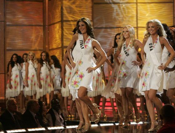 Las candidatas entran en el escenario del Hotel Atlantis donde tuvo lugar la gala.  Foto: Efe