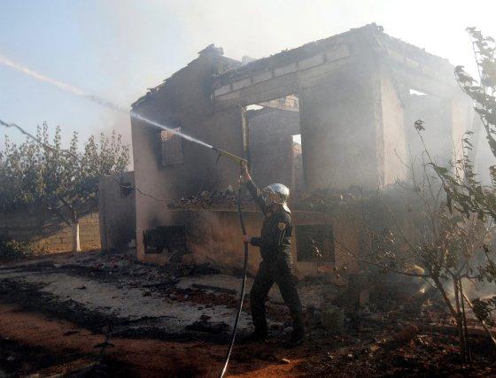 Lo habitantes de la ciudad de Kato Souli enfrentan el segundo día de incendio, mientas los bomberos luchan contra las llamas.  Foto: Efe
