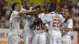 Los jugadores del Sevilla celebran uno de los tantos del encuentro.  Foto: Manuel Gómez