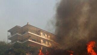 Las ciudades al noroeste de Atenas enfrentan la segunda noche de combate al incendio.  Foto: Efe