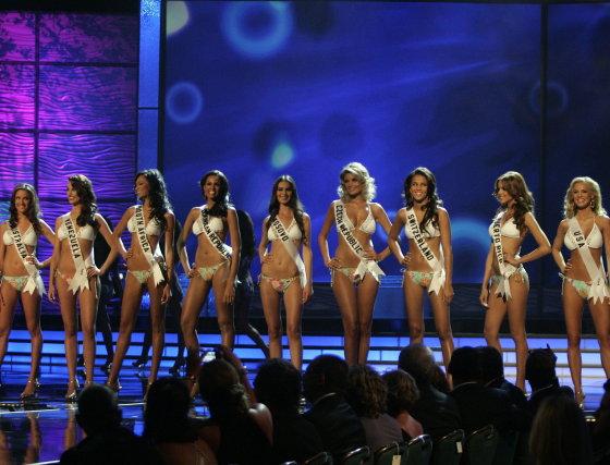 Las postulantes a Miss Universo 2009 desfilan en biquini.  Foto: Efe