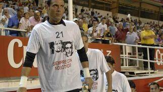 Los jugadores salieron al terreno de juego recordando a Puerta y a Jarque.  Foto: Manuel Gómez