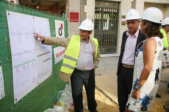 Un operario explica el proceso de las obras, sobre plano, a Manuel Marchena y Teresa Florido.  Foto: Victoria Hidalgo