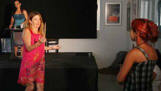 Pepa Gamboa, directora de la obra, aconseja a una de las protagonistas.  Foto: Victoria Hidalgo