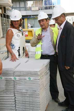 La delegada del distrito los Remedios, Teresa Florido, junto al consejero delegado de Emasesa, Manuel Marchena.  Foto: Victoria Hidalgo