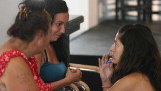 Silvia Garzón explica a las actrices sus papeles.  Foto: Victoria Hidalgo