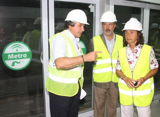 Rosa Aguilar y José Luis Nores Escobar, director gerente de Ferrocarriles de la Junta, escuchan la información sobre las estación Puerta Jerez./ Jose Ángel García
