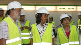 """Rosa Aguilar visita el interior de la estación de Puerta Jerez que confirma abrirá """"en torno al 15 de septiembre""""./ Jose Ángel García"""