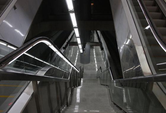 Escaleras por las que podrán acceder los usuarios del Metro al andén de la estación de Puerta Jerez./ Jose Ángel García