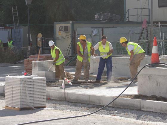 Obreros trabajan en la colocación de la solería./ Jose Ángel García