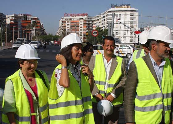 La consejera de Obras Públicas y Transportes, Rosa Aguilar, visita la futura estación del Metro en Puerta Jerez./ Jose Ángel García