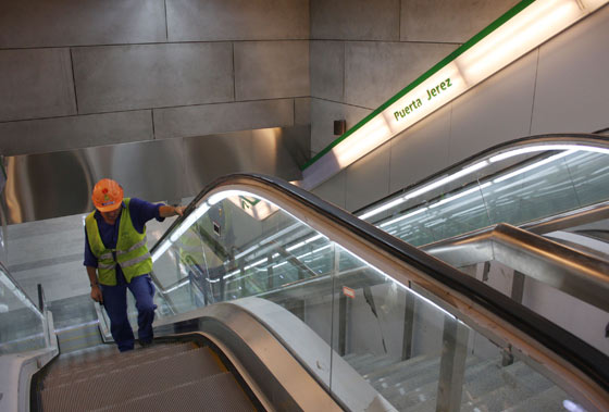 Un obrero sube por una de las escaleras mecánicas que dan acceso a la salida de la estación Puerta Jerez./ Jose Ángel García