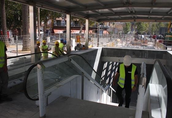 Puesta a punto del exterior de la estación del Metro en Puerta Jerez./ Jose Ángel García