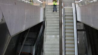 Un fotógrafo toma imágenes de las escaleras de la estación de Puerta Jerez./ Jose ángel García