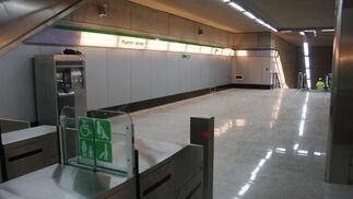 Interior de la estación de Puerta Jerez con una de las máquinas expendedoras de billetes./ Jose Ángel García