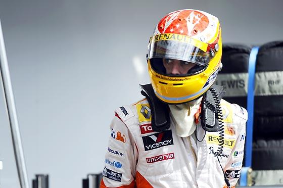 Fernando Alonso, después de abandonar la carrera en Spa.  Foto: Afp Photo / Reuters / Efe