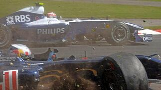 El piloto español de Toro Rosso Jaime Alguersuari se sale de la pista tras chocar con Lewis Hamilton (McLaren) y Jenson Button (Brawn GP).  Foto: Afp Photo / Reuters / Efe