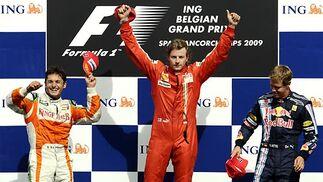 El podio del Gran Premio de Bélgica, con Raikkonen (primero), Fisichella (segundo) y Sebastian Vettel, de Red Bull (tercero).  Foto: Afp Photo / Reuters / Efe