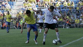 Cristian pelea por un balón en la banda.   Foto: Lourdes de Vicente y Joaquin Hernandez Kiki