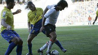 Erice trata de arrebatar el esférico a un jugador salmantino.   Foto: Lourdes de Vicente y Joaquin Hernandez Kiki