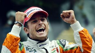 Fisichella, exultante con su segundo puesto en Spa, el primer podio para la escudería Force India.  Foto: Afp Photo / Reuters / Efe